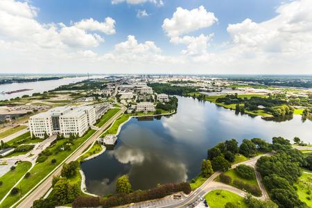 luchtfoto van Baton Rouge met Missisippi rivier en olieraffinaderijen aan de horizon