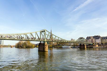 sachsenhausen: Francoforte, Germania - 29 marzo: persone a Eiserner Steg del 29 marzo 2014 a Francoforte, in Germania. Il Eiserner Steg � un ponte pedonale a Francoforte sul Meno costruito nel 1868. Editoriali