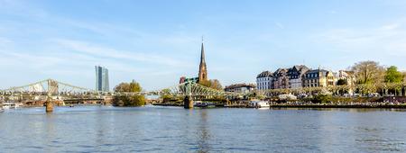 sachsenhausen: Francoforte, Germania - 29 marzo: persone a Eiserner Steg su 29 marzo 2014 a Francoforte, in Germania. Il Eiserner Steg � un ponte pedonale a Francoforte sul Meno costruito nel 1868. Editoriali