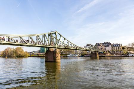 sachsenhausen: fiume principale con ponte Eiserner Steg a Francoforte