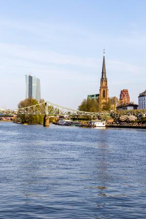 sachsenhausen: skyline di Francoforte con il fiume Meno, Eiserner Steg e la chiesa