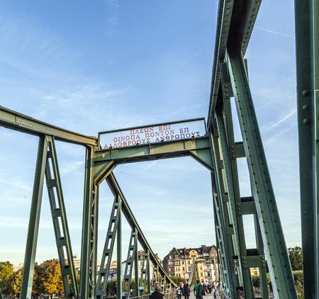 sachsenhausen: Francoforte, Germania - 11 febbraio: persone a Eiserner Steg 11 febbraio 2012 a Francoforte, in Germania. Il Eiserner Steg � un ponte pedonale a Francoforte sul Meno costruito nel 1868.