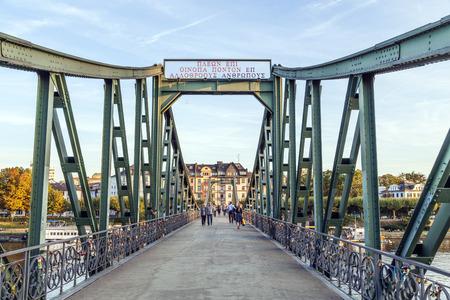 sachsenhausen: Francoforte, Germania - 11 febbraio: le persone a Eiserner Steg su 11 febbraio 2012 a Francoforte, in Germania. Il Eiserner Steg � un ponte pedonale in Frankfurt am costruito Meno nel 1868.