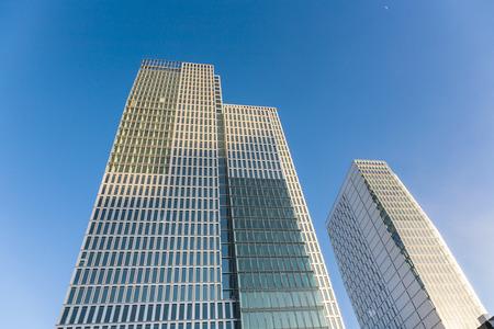 FRANKFURT, Duitsland - 20 februari: beroemde wolkenkrabber en Hotel Jumeirah op 20 februari 2010 in Frankfurt, Duitsland. Architecten Engel en Zimmermann afgerond de Jumeirah in april 2010.