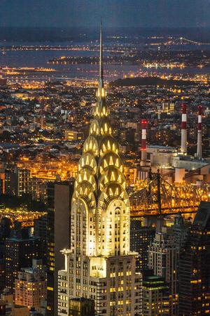 뉴욕, 미국 - 7 월 10 일 : 뉴욕의 밤에 크라이슬러 빌딩, 미국의 외관. 그것은 1931 년에 엠파이어 스테이트 빌딩 (Empire State Building)에 의해 능가하기 전에