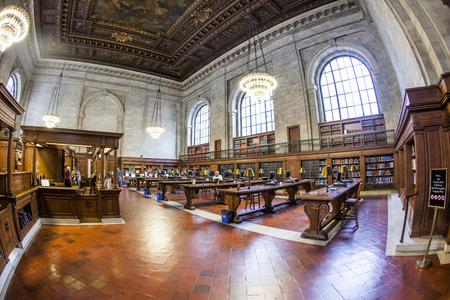 NEW YORK CITY - 10 juillet 2010: les gens étudient à la bibliothèque publique de New York à Manhattan, New York, USA. New York Public Library est la troisième plus grande bibliothèque publique en Amérique du Nord.