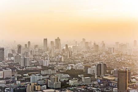 Mening over de horizon die van Bangkok in zonsondergang tonen