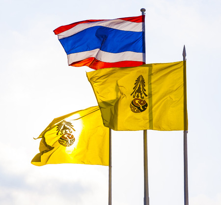buddhismus: flag of the king of Thailand and the thai national flag in front of the Grand Palace in Bangkok