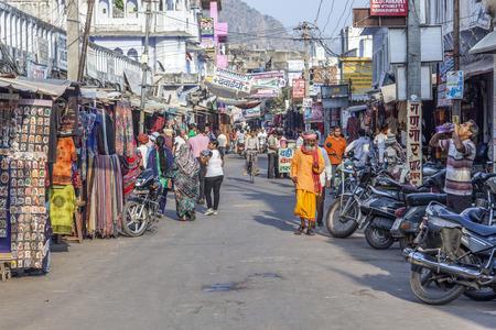 hindues: Pushkar, India - 20 de octubre de 2012: la gente camina por el centro en Pushkar, India. La ciudad es uno de los cinco dhams sagrados para los hind�es devotos.