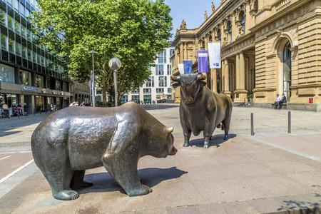 FRANKFURT, GERMANY - JUNE 3, 2014: The Bull and Bear Statues at the Frankfurt Stock Exchange in Frankfurt, Germany. Frankfurt Exchange is the 12th largest exchange by market capitalization. Редакционное