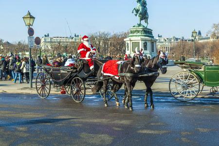characterize: VIENA, Austria - 26 de noviembre: El controlador de la fiaker vestido como Santa Claus en noviembre 26,2010 en Viena, Austria. Desde el siglo 17, los carruajes tirados por caballos caracterizan Viena paisaje urbano.