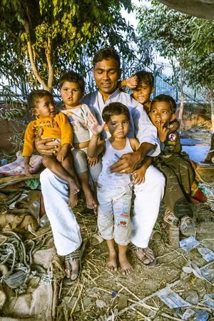 planificacion familiar: DELHI - INDIA, 10 de noviembre 2011: padre orgulloso muestra sus ni�os en Delhi, India. En 1952, la India pone en marcha una campa�a de medios de comunicaci�n para difundir el concepto de la planificaci�n familiar para reducir el crecimiento de la poblaci�n.