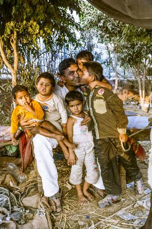 planificacion familiar: DELHI - India, 10 de noviembre 2011: El padre orgulloso muestra sus ni�os en Delhi, India. En 1952, la India pone en marcha una campa�a en los medios para difundir el concepto de la planificaci�n familiar para reducir el crecimiento de la poblaci�n.