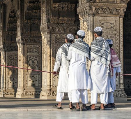 デリー、インド - 2011 年 11 月 11 日: 人々 は、インド ・ デリーのレッド ・ フォートをご覧ください。レッド フォートは複雑な 17 世紀の砦を 2007 年にユネスコの世界遺産に指定されました。