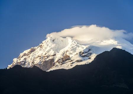 snow capped: nevadas Antisana Vocano en Ecuador a la luz de la ma�ana