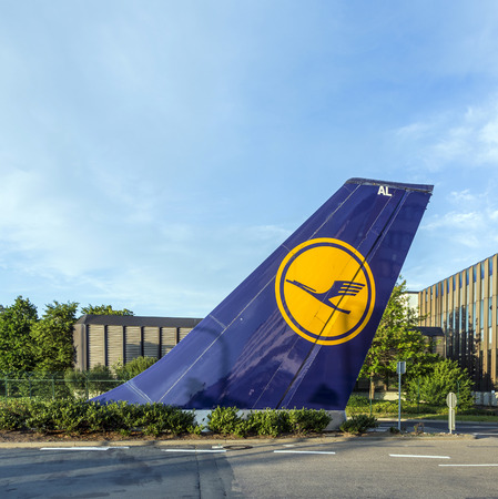 quartier g�n�ral: FRANCFORT, ALLEMAGNE - 22 ao�t 2014: vertical signe de queue install� � Tor 21 � Lufthansa le si�ge est � Francfort, en Allemagne. �ditoriale