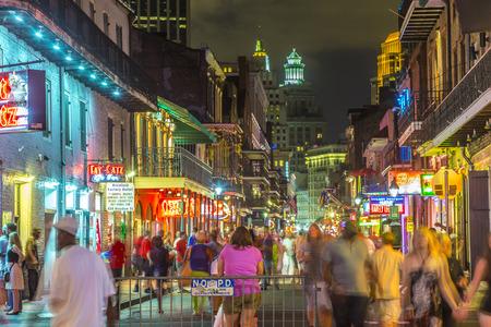 NEW ORLEANS, USA - 14 juli 2013: Neon lichten in de Franse wijk in New Orleans, USA. Toerisme biedt een broodnodige bron van inkomsten na de verwoestingen van de orkaan Katrina 2005.