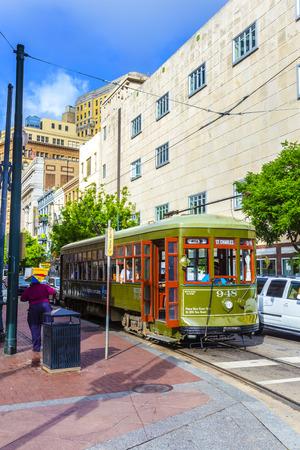 st charles: NEW ORLEANS, USA - 17 luglio 2013: Tram Linea St. Charles a New Orleans, Stati Uniti d'America. Recentemente rinnovato dopo l'uragano Katrina nel 2005, la linea di tram di New Orleans � entrato in funzione elettrica nel 1893. Editoriali