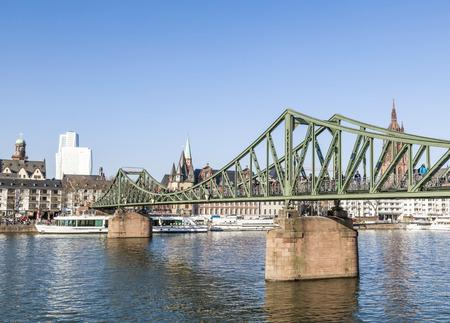 sachsenhausen: Il ponte di ferro (cosiddetto Eiserner Steg) a Francoforte sul Meno nel pomeriggio