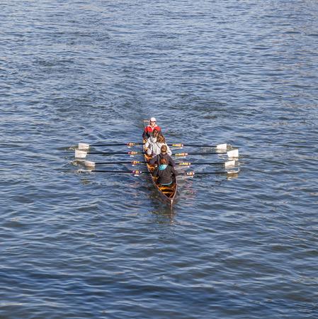 sachsenhausen: Francoforte, Germania - 2 marzo 2013: un team barca treni al fiume principale di Francoforte, in Germania. Essi traqin per il Ruderverein di Francoforte, un vecchio club sportivo dal 1869, che ha un famoso boatshouse in Sachsenhausen al fiume Meno.