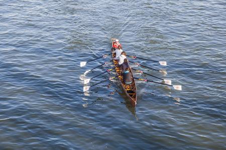 sachsenhausen: Francoforte, Germania - 2 marzo 2013: Un team barca treni al fiume principale a Francoforte, Germania. Essi traqin per la Ruderverein Francoforte, un vecchio club sportivo dal 1869, che ha un famoso boatshouse a Sachsenhausen al fiume Meno.