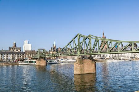 sachsenhausen: Francoforte, Germania - 2 marzo 2013: La gente gode attraversando il fiume principale a Eiserner Steg a Francoforte, Germania. Il ponte dal 1868 � solo per i pedoni.