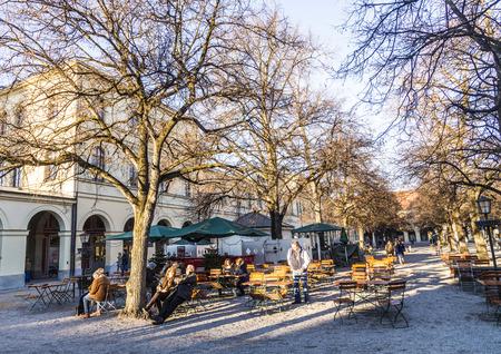 chinook: MUNICH, GERMANY - 27 Dicembre 2013: La gente non identificata godersi il vento Chinook in un luogo di riposo nel Hofgarten, un famoso parco pubblico a Monaco di Baviera, Baviera, Germania.
