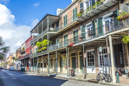 New Orleans, Louisiana USA - 17 juli 2013: historisch gebouw in de Franse wijk in New Orleans, USA. Toerisme biedt een grote bron van inkomsten na de verwoestingen van de orkaan Katrina 2005. Redactioneel
