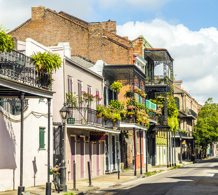 personas en la calle: edificio hist�rico en el barrio franc�s de Nueva Orleans Foto de archivo