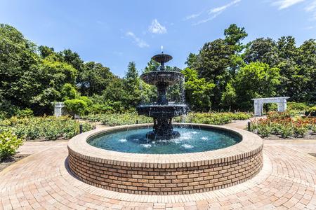 public park: fuente en el parque p�blico en Bellingraths jardines Editorial