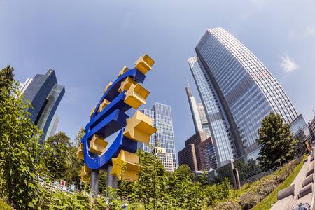 zone euro: FRANCFORT, ALLEMAGNE - 16 mai 2014: Euro Sign. Banque centrale europ�enne (BCE) est la banque centrale de l'euro et g�re la politique mon�taire de la zone euro � Francfort, en Allemagne. Editeur