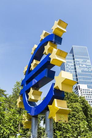zone euro: FRANCFORT, ALLEMAGNE - 16 mai 2014: Euro Sign. Banque centrale europ�enne (BCE) est la banque centrale pour l'euro et administre la politique mon�taire de la zone euro � Francfort, en Allemagne.