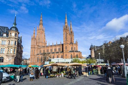 central market: WIESBADEN, Alemania - el 28 de enero 2009: la gente disfruta el mercado en lugar del mercado central en Wiesbaden, Alemania. El mercado tiene lugar en frente de la iglesia del Mercado fromNew ayuntamiento a partir de 1862. Editorial