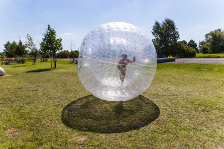 child has a lot of fun in the orbing Ball Banque d'images