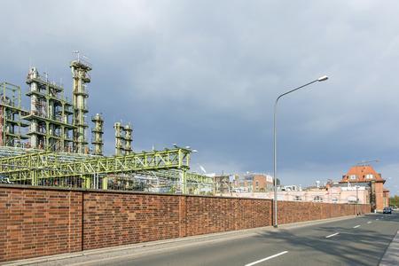 chemical plant: chemische fabriek in Frankfurt met donkere wolken Stockfoto