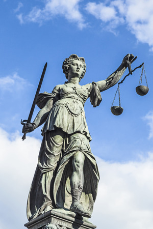 justitia: Justitia (Se�ora Justicia) la escultura en la plaza Roemerberg en Frankfurt, construido 1887. Foto de archivo