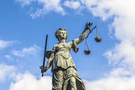 dama de la justicia: Justitia (Lady Justicia) la escultura en la plaza Roemerberg en Frankfurt, construido 1887. Foto de archivo
