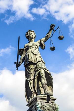 Justitia (Lady Justice) Skulptur auf dem Römerberg in Frankfurt am Main, 1887 gebaut. Lizenzfreie Bilder
