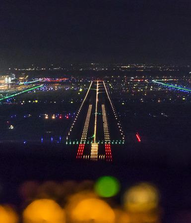 FRANKFURT, DEUTSCHLAND - 10. Oktober 2014: Landung bei Nacht mit einem commercaial Flugzeug auf dem Flughafen von Frankfurt am Main, Deutschland.