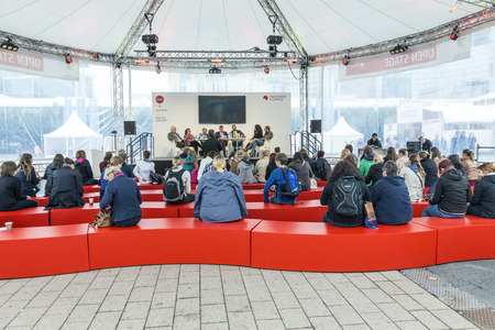 FRANCFORT, ALLEMAGNE - 12 octobre 2014: jour publique au Salon du livre de Francfort internationale, entrevue au stade Agora à Francfort, en Allemagne.
