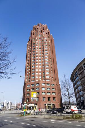 sachsenhausen: Francoforte, Germania - 8 Marzo 2014: Il grattacielo Main Plaza � stato inaugurato al 1 Ottobre 2001 a Francoforte, Germania. Offre pi� di 170 negozi e una vista spettacolare di fiume Meno.
