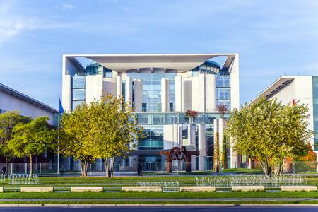 ejecutivo en oficina: BERL�N, ALEMANIA - 27 de octubre 2014: Canciller�a alemana (Bundeskanzleramt) es una agencia federal que sirve la oficina ejecutiva de la canciller en Berl�n, Alemania.