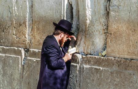 エルサレム - 1994 年 1 月 1 日: 正統のユダヤ人はイスラエル、エルサレムの嘆きの壁で祈る。1967 年に、旧市街を含む東エルサレムのイスラエルの併