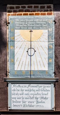 sonnenuhr: Osterheide, DEUTSCHLAND - 12. April ,, 2014: ber�hmte alte Sonnenuhr an der Kirche in Osterheide, Deutschland. Eine Sonnenuhr ist ein Ger�t, das die Tageszeit zeigt, indem die Position der Sonne Editorial