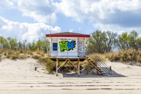 cabane plage: KOSEROW, USEDOM - 13 avril 2014: la cabane de plage avec Grafity � Koserow, Usedom. La saison touristique commence fin Avril et les cabines de plage sont nettoy�s de grafitys avant la saison commence.
