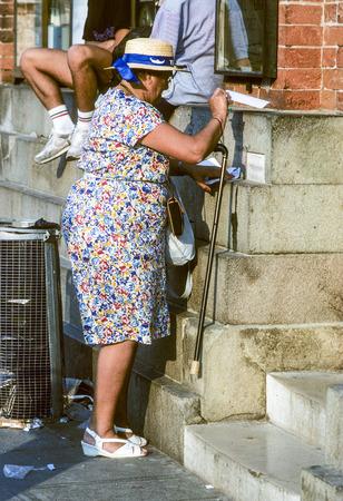 comunicaci�n escrita: SIENA, Italia - el 01 de agosto 1984: se�ora mayor en el buz�n en Siena, Italia. Escribir cartas era el m�s importante objeto de comunicaci�n por escrito antes de los correos electr�nicos se hicieron famosos.