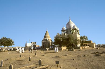 coran: OMDURMAN, SUDAN - MAR 17, 1984: Sufi Mausoleum and the tomb of Sheikh Hamad in Omdurman, Sudan.