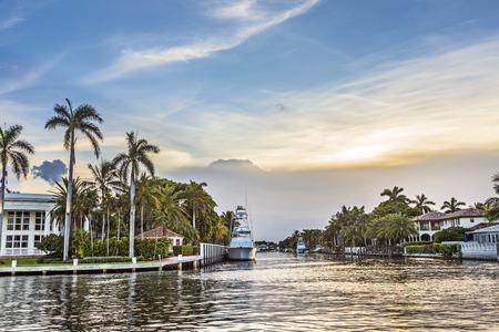 luxe huizen aan het water en jachten aan het kanaal in Fort Lauderdale, Verenigde Staten