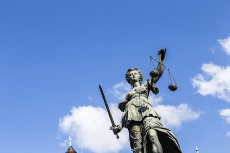 Standbeeld van Vrouwe Justitia (Justitia) in Frankfurt, Duitsland