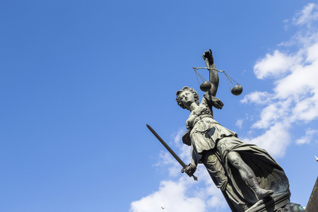 estatua de la justicia: Estatua de la Señora Justicia (Justitia) en Frankfurt, Alemania Foto de archivo